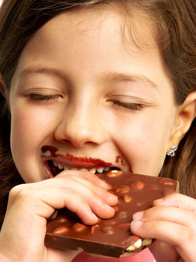 מתענגת על שוקולד